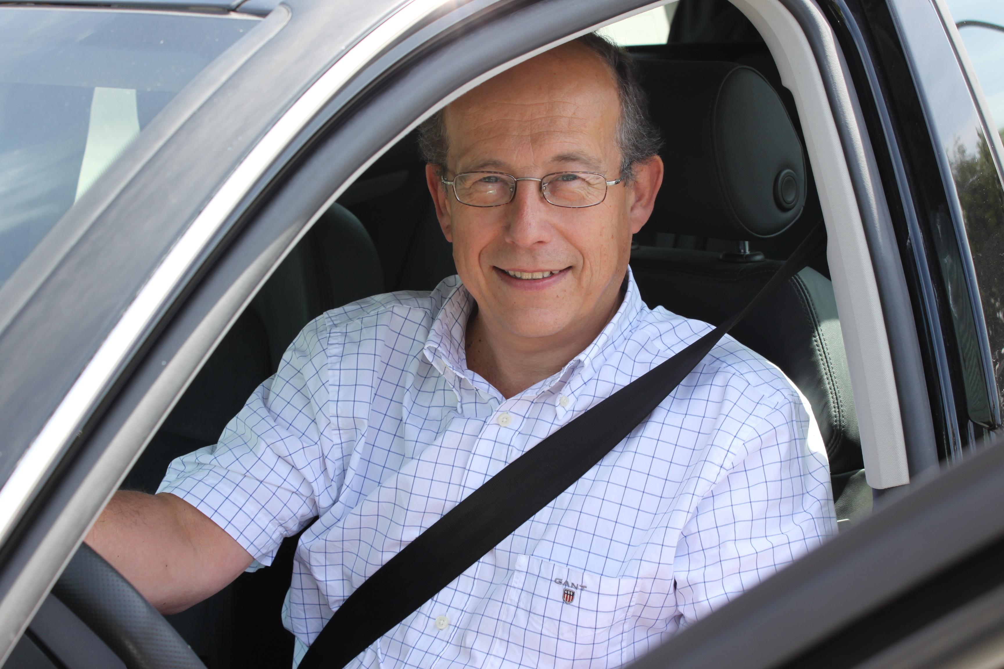 2374d7ec SER DEG IKKE: Tom Granquist, direktør i Storebrand Forsikring, minner om at  bilistene ofte ikke ser fotgjengerne i mørket, selv om fotgjengerne ser  bilen.